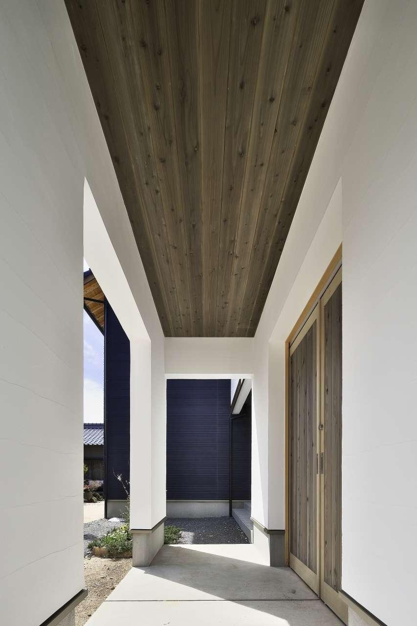 KANAZAWA STYLE/金澤建築【デザイン住宅、自然素材、間取り】別棟の物置から雨に濡れることなく、玄関までアクセスできるようにつなげた。母屋とのバランスを考慮して、天井にも無垢板を張った