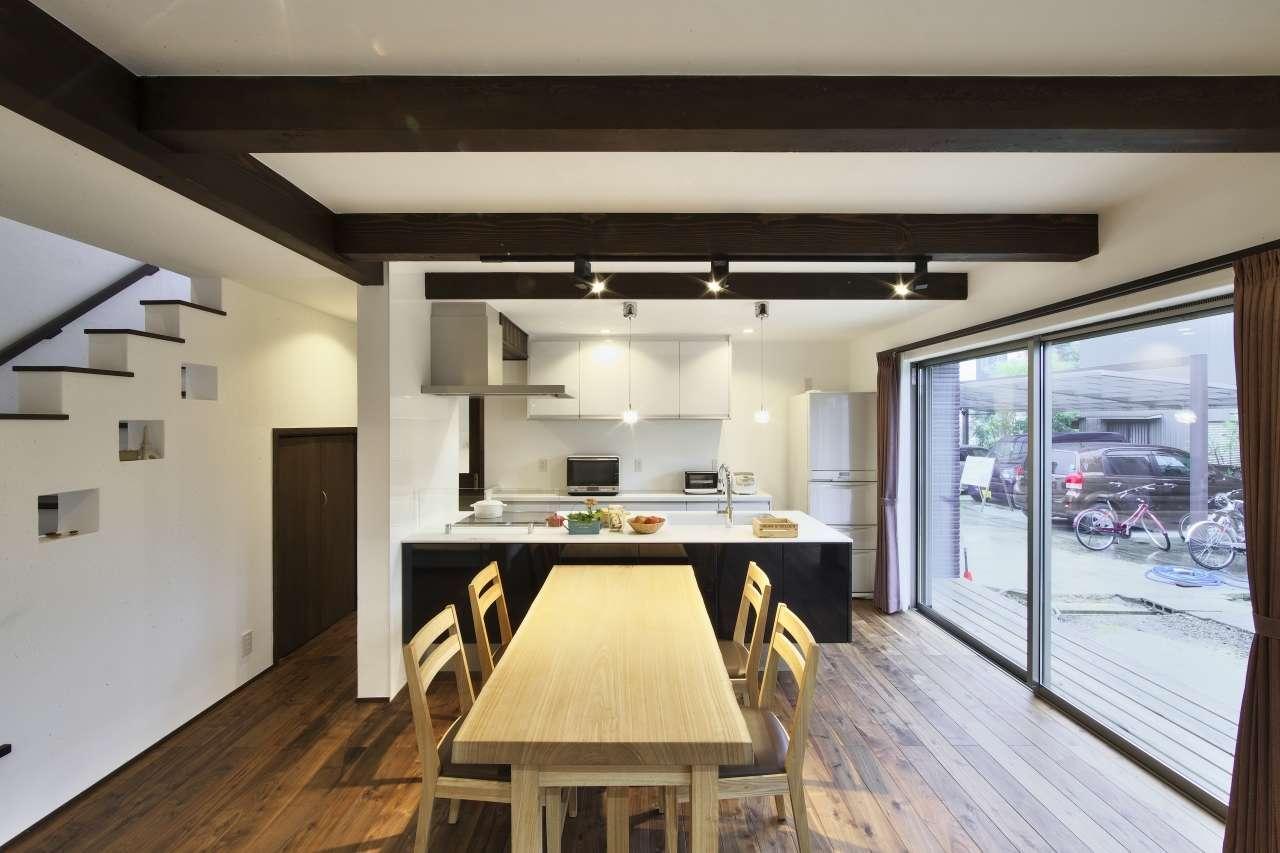 KANAZAWA STYLE/金澤建築【デザイン住宅、自然素材、間取り】20畳のLDK。肌触りが良くて、あたたかい表情の床はウォールナット。天井の梁を見せることで、シンプルな空間が引き立つ。大きな開口部を開けると、ウッドデッキとつながり、より開放感が生まれる