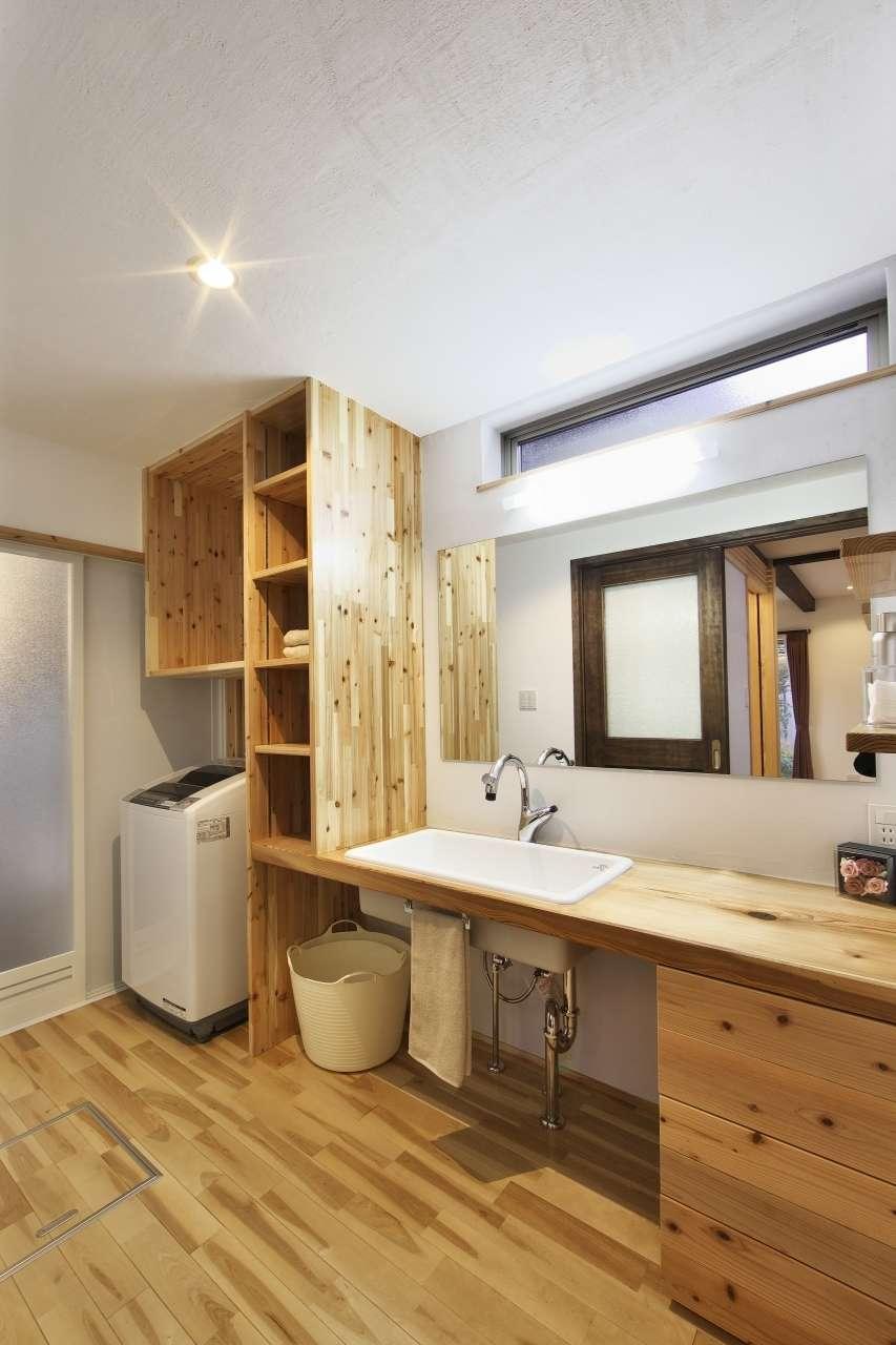 KANAZAWA STYLE/金澤建築【デザイン住宅、自然素材、間取り】造作で美しく仕上げた洗面台。シンクは深底、鏡はワイド型に。ハイサイドライトを設けたことで、北面とは思えないほど明るい空間になった