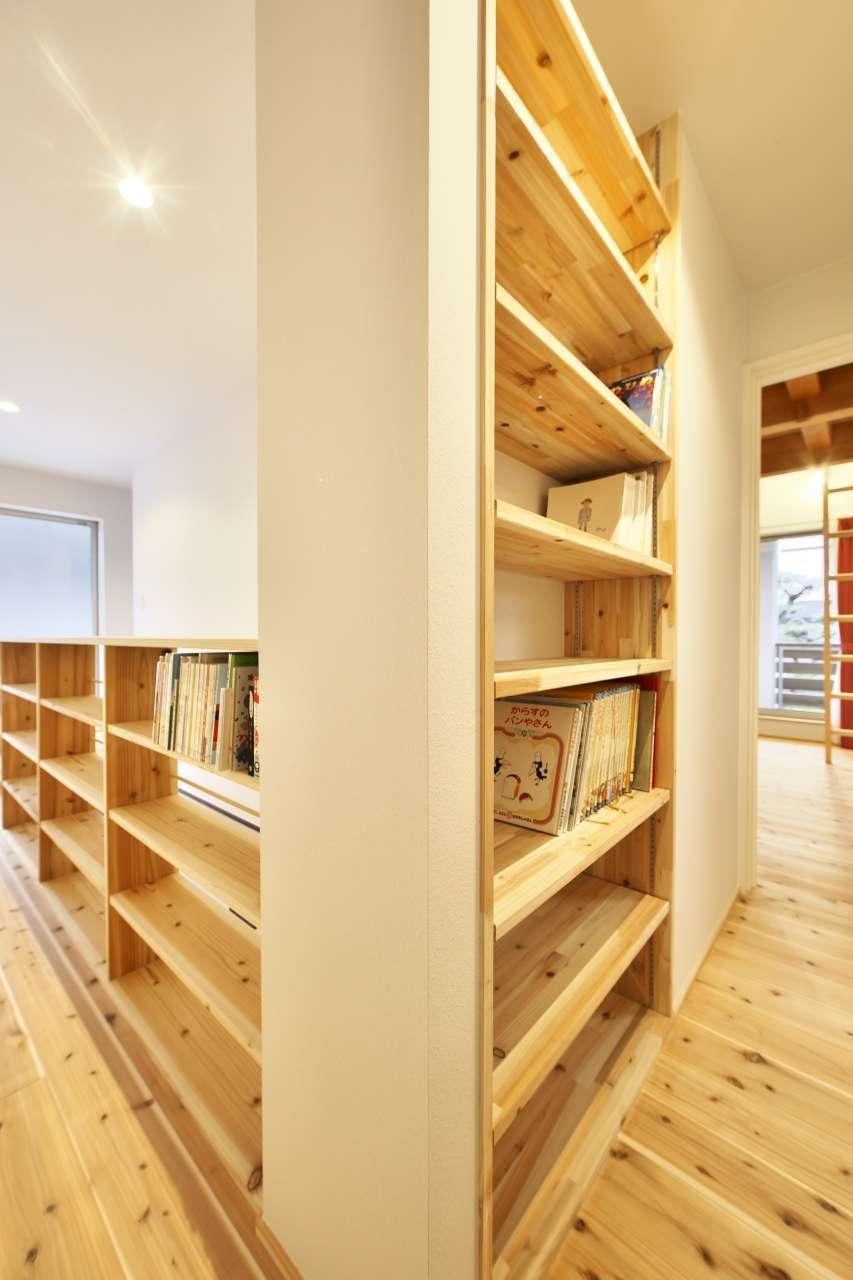 KANAZAWA STYLE/金澤建築【デザイン住宅、自然素材、間取り】階段の手すりや壁面を活かして本棚を造作。ファミリーライブラリーとして、子どもたちが自然に本を手にするようになった
