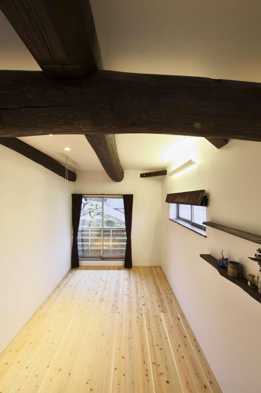 KANAZAWA STYLE/金澤建築【デザイン住宅、自然素材、間取り】『金澤建築』の代名詞でもある丸太張りを見せた主寝室。どっしりとした丸太を見るたびに安心感が生まれる。大容量のウォークインクローゼットも完備