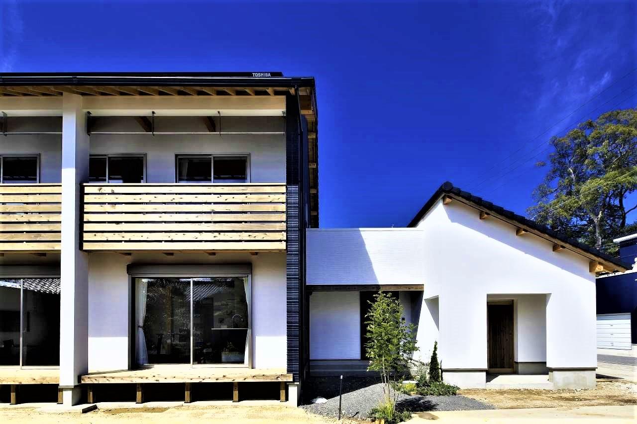 KANAZAWA STYLE/金澤建築【デザイン住宅、自然素材、間取り】深い軒のあるスクエアなフォルムが特徴の外観。太陽光発電も搭載し、光熱費は毎月黒字。敷地内にある奥さまの実家と共有の物置も建て替え、通路を玄関までつなげた