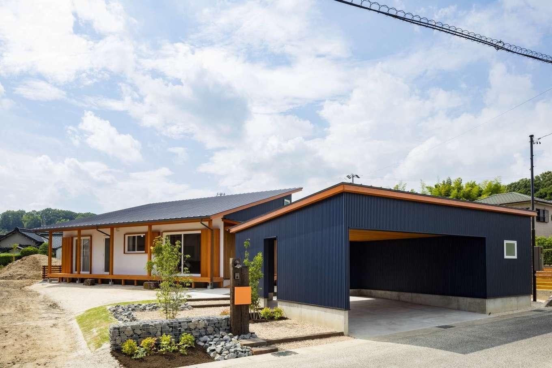 KANAZAWA STYLE/金澤建築【自然素材、平屋、ガレージ】広い敷地を活かして、手前に倉庫付きのガレージ、奥に平屋を建てたK邸。事前に日射と通風のシミュレーションを行い、ベストな向きに建物を配置した。K邸は同社の平屋モデルハウスとしても随時公開中。見学希望者はホームページの予約フォームからアクセスを