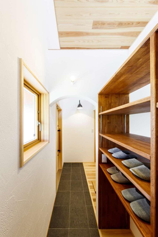 KANAZAWA STYLE/金澤建築【自然素材、平屋、ガレージ】土間仕上げの玄関ホール。入った瞬間から木のやさしい香りに包まれる。大容量のシューズクロークを造作