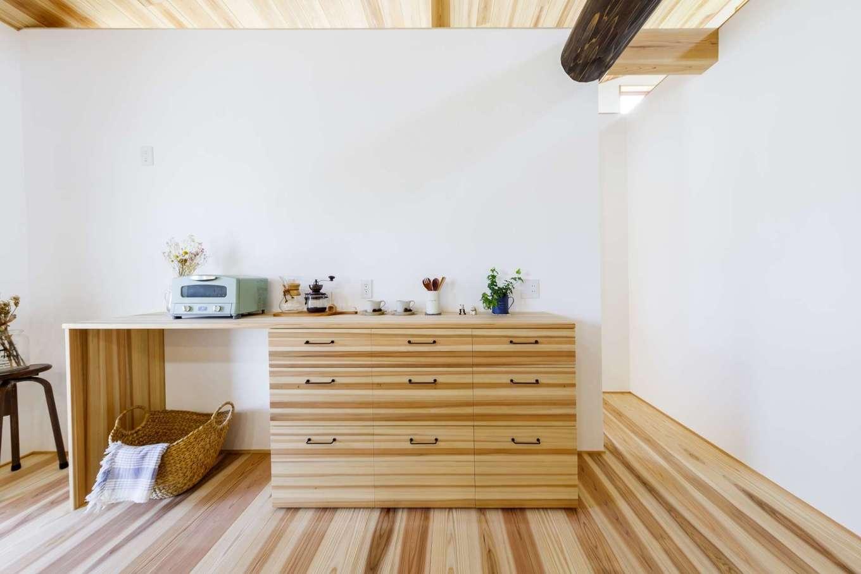 KANAZAWA STYLE/金澤建築【自然素材、平屋、ガレージ】金澤社長の手しごとで作る食器棚やテレビボード、収納棚も同社の自慢のひとつ。毎日手に触れることで風合いが出てきて、既製品にはない、高級な蜂蜜色に変化していく