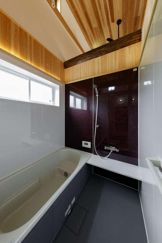 KANAZAWA STYLE/金澤建築【自然素材、平屋、ガレージ】天井のない浴室。暖かい蒸気が加湿器の代わりになって冬の乾燥を防ぎ、部屋間の温度差が少なくなるので、ヒートショックのリスクも減る