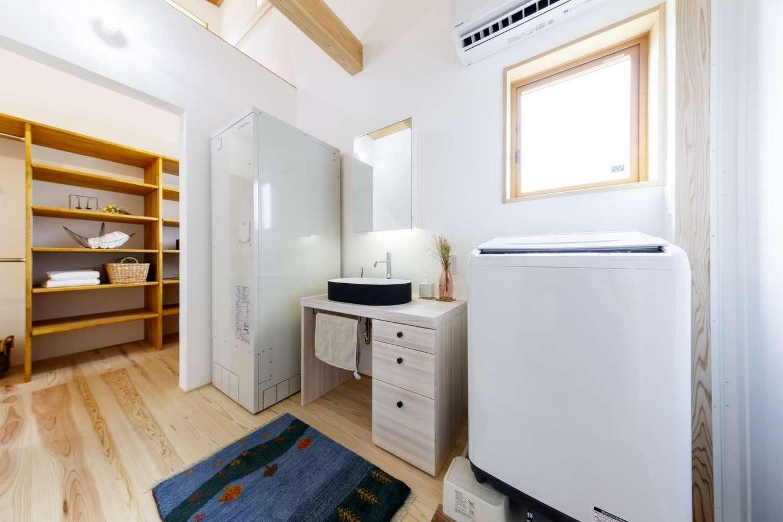 KANAZAWA STYLE/金澤建築【自然素材、平屋、ガレージ】脱衣室にも浴室からの蒸気が届く。エアコンを設置したことで、夏も冬も快適に過ごせる