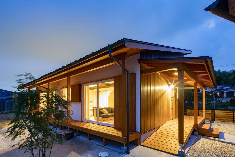 KANAZAWA STYLE/金澤建築【自然素材、平屋、ガレージ】家を真南に建てないのが同社のこだわり。その理由は金澤社長に直接聞いてみよう。将来的に車椅子を使うようになっても楽に暮らせるよう、玄関ポーチにスロープを設置した