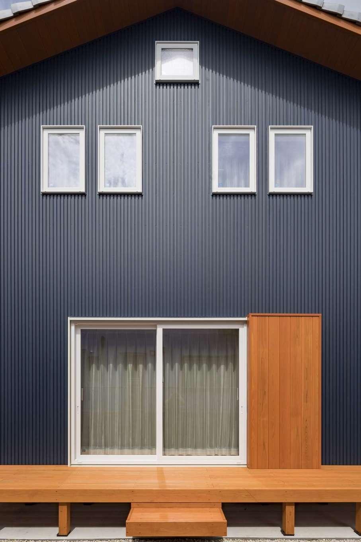 KANAZAWA STYLE/金澤建築【デザイン住宅、収納力、狭小住宅】外からは見えない場所にウッドデッキをしつらえ、BBQを楽しむ。シンメトリーに揃った窓のラインが美しい