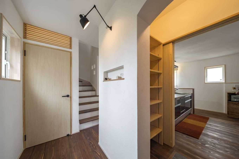 KANAZAWA STYLE/金澤建築【デザイン住宅、収納力、狭小住宅】玄関ホールからパントリー、キッチンへとつながる家事ラク動線。建具や収納棚もすべて造作