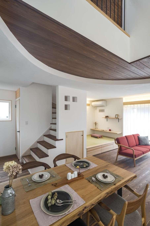 KANAZAWA STYLE/金澤建築【デザイン住宅、収納力、狭小住宅】20畳のLDK。杉の床と天井は施主さんが塗装した。吹抜けを採用したことで、隣の空き地に家が建っても十分な採光を期待できる。三日月型の1階天井は金澤社長からのサプライズ