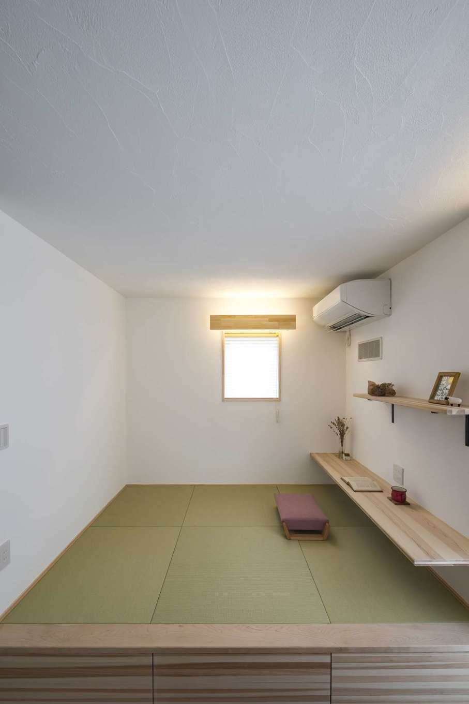 KANAZAWA STYLE/金澤建築【デザイン住宅、収納力、狭小住宅】リビングに隣接した小上がりの畳コーナー。天井をやや低めに抑え、おこもり感を出した。子どもがカウンターで宿題をしたり、洗濯物をたたんだり、多用途に使える便利な空間。畳の下は収納