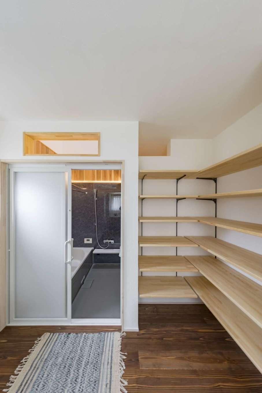 KANAZAWA STYLE/金澤建築【デザイン住宅、収納力、狭小住宅】天井のない浴室。ドアを開け放つことで、冬は加湿器の代わりになり、部屋間の温度差もなくなる。大容量の収納棚が子育て奥さまの家事時間を短縮