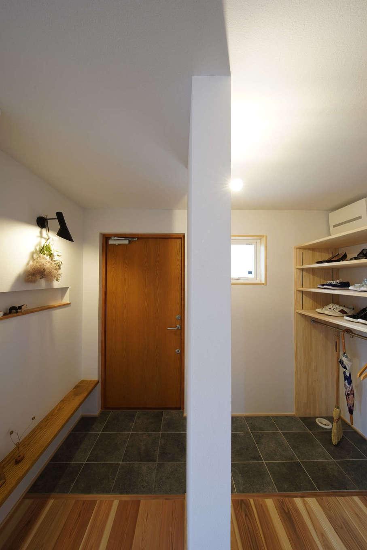 KANAZAWA STYLE/金澤建築【デザイン住宅、自然素材、平屋】家族用とゲスト用に別れた玄関ホール。造作の収納棚は、雨傘やコートを掛けるためのハンガーパイプもある。ニッチひとつにも、社長兼棟梁の丁寧な手仕事が感じられる