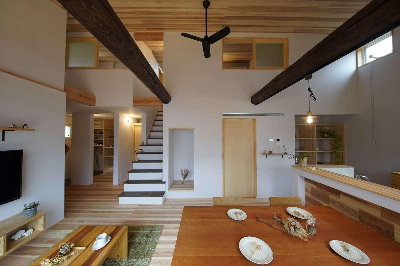 KANAZAWA STYLE/金澤建築【デザイン住宅、自然素材、平屋】勾配天井を採用し、27坪とは思えない開放感があるLDK。床と天井は無垢の杉板。壁紙は自然素材100%のオガファーザーで、汚れてもビニールクロスのように張り替えずに自分で重ね塗りできる