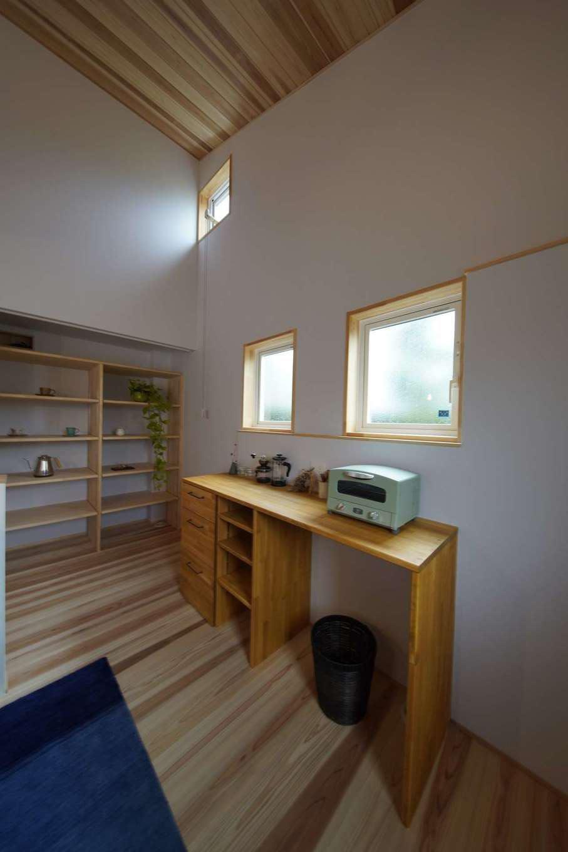 KANAZAWA STYLE/金澤建築【デザイン住宅、自然素材、平屋】同社の家づくりの特徴でもある丸太梁でアクセントをつけた室内。無垢の杉板の経年変化も楽しみ。気密性がいいので、厚いカーテンが不要で、真冬でもレースのカーテンだけで快適に過ごせる