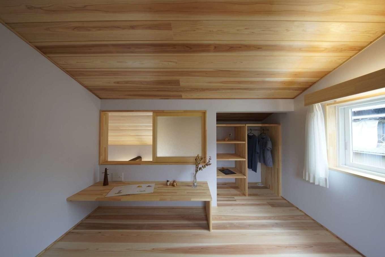 KANAZAWA STYLE/金澤建築【デザイン住宅、自然素材、平屋】2階に子ども用の部屋として2つのロフトを設けた。天井高を1,500mmに抑えた落ち着いた空間がお気に入り。小窓を開ければ1階と会話もできる