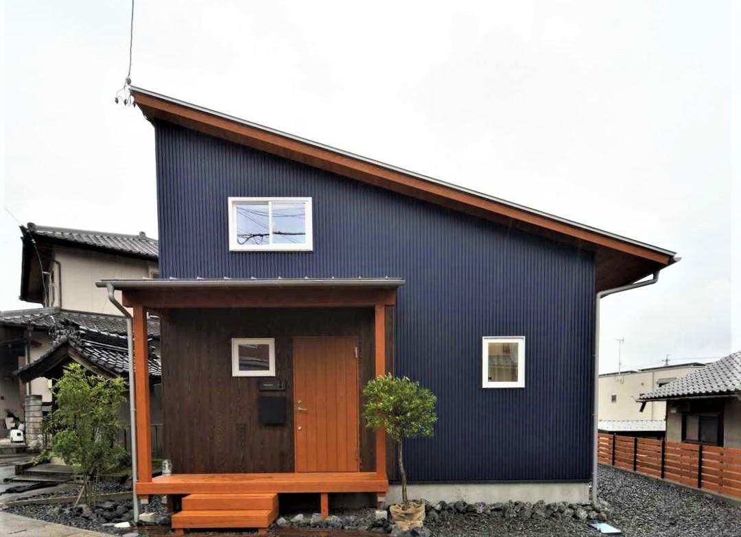 KANAZAWA STYLE/金澤建築【デザイン住宅、自然素材、平屋】ガルバリウムと無垢材が調和した片流れのスタイリッシュな平屋。3人家族が暮らすにはちょうどいいサイズだ