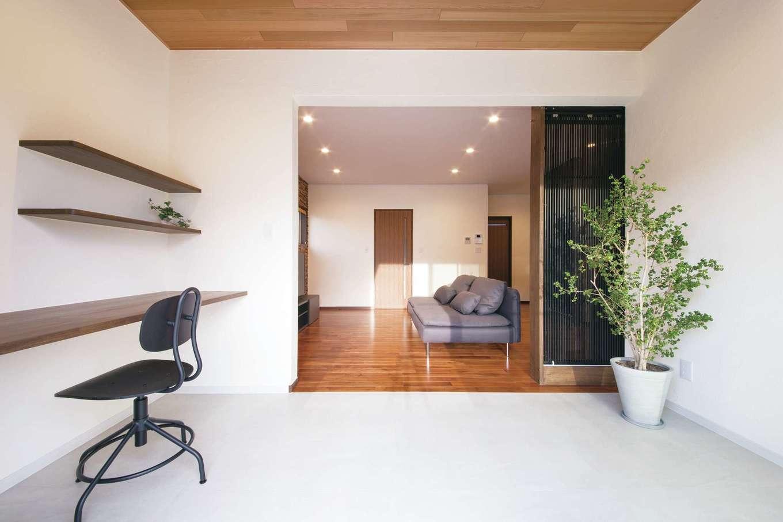 エコハウジング【デザイン住宅、自然素材、省エネ】リビングから連続する4畳のインナーテラスは、書斎やペットコーナーとしても使える。リビングと床の素材を変えたことで空間にメリハリがついた。間仕切りも可能
