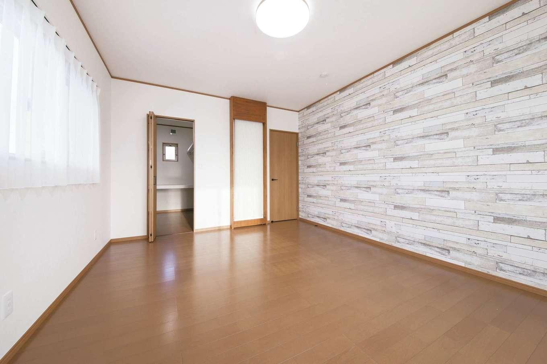 エコハウジング【デザイン住宅、自然素材、省エネ】2階の主寝室。ドアの左側に設置した白い格子も「クール暖」で、全館空調のように家中どこにいても同じ温度になる