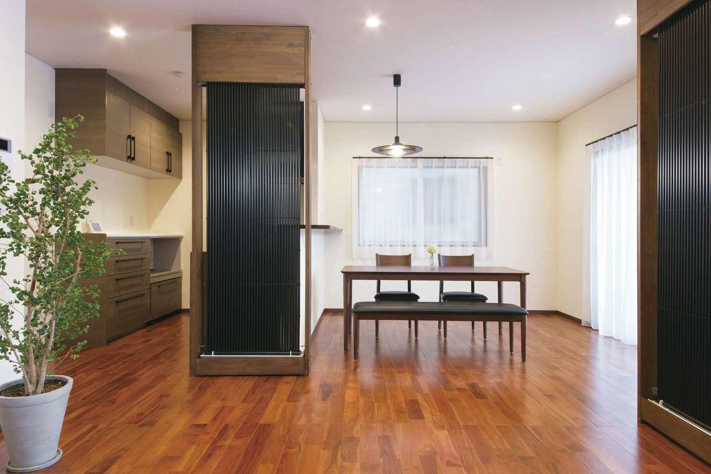 エコハウジング【デザイン住宅、自然素材、省エネ】高級感ただよう床は無垢のチーク。「クール暖」がキッチンを隠す格子代わりにもなっている