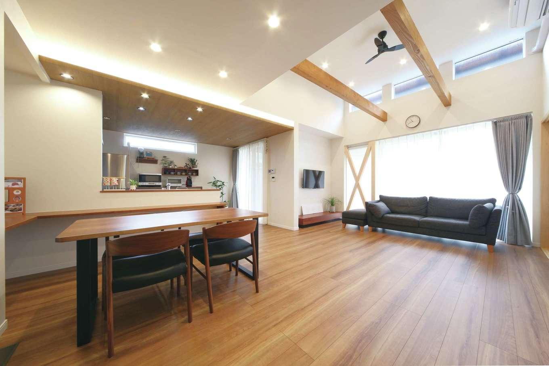 ソーラーホーム/OMソーラーの家【デザイン住宅、省エネ、間取り】開放感あふれる吹抜けのLDK。OMクワトロソーラーにより、家中の隅々までほんのり暖かく、光熱費も抑えられる