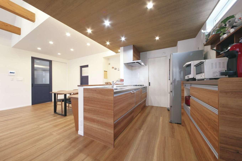 ソーラーホーム/OMソーラーの家【デザイン住宅、省エネ、間取り】キッチンの天井の木目とダウンライトでニュアンスを出した