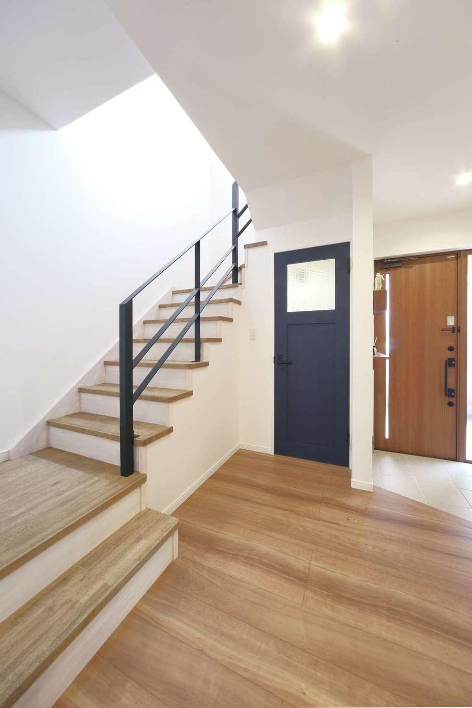 ソーラーホーム/OMソーラーの家【デザイン住宅、省エネ、間取り】美術館のように美しい階段はインテリアの一部に