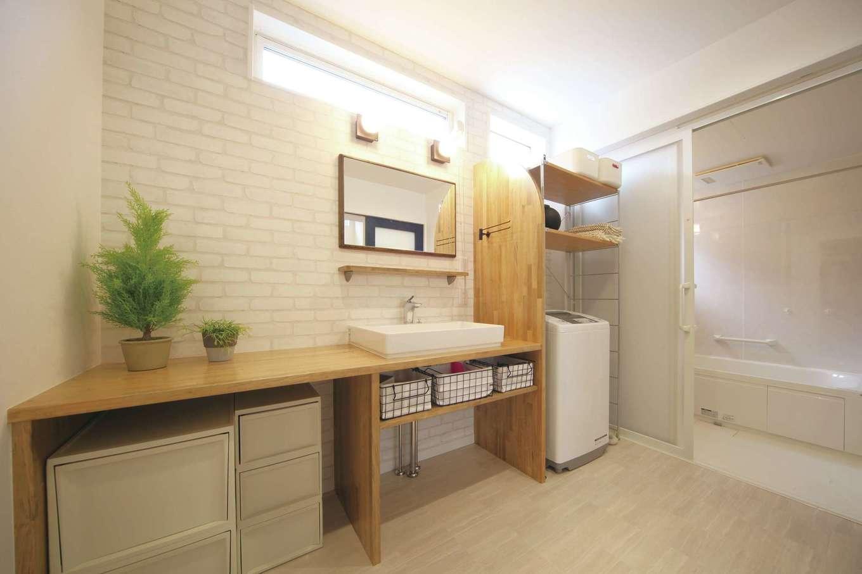 ソーラーホーム/OMソーラーの家【デザイン住宅、省エネ、間取り】ハイサイドサッシを採用し、北面とは思えないほどの明るさを確保した洗面脱衣室