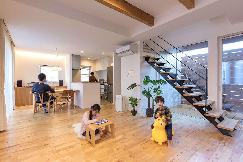 あまり多くの家具を置かず、広々とくつろげるLDK。床は樺(カバ)の無垢材を選んだため、ダイニングテーブルも同じ樹種でオーダーメイド