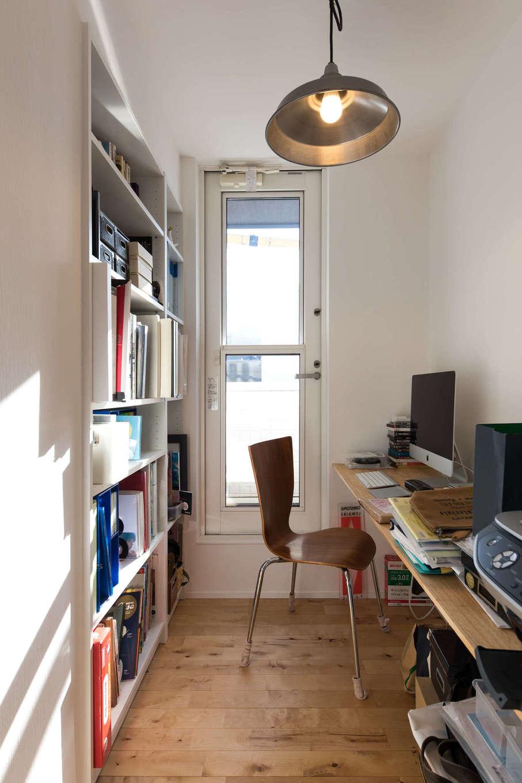 2階に設けたご主人と奥さま共用の書斎は、ドアのないオープンスタイル。パソコンに向かう時も、階下で過ごす家族の気配を感じられる