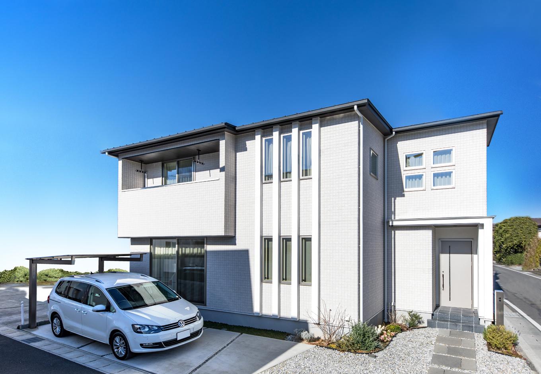 1階と2階の窓をつなげたラインは塗り壁。サイディングで仕上げた外観のアクセントになっている。ダイバホームでは、全邸耐震等級3、長期優良住宅仕様で性能面でも安心だ