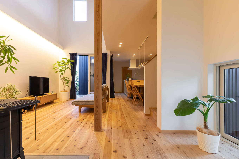 ツリーズ【デザイン住宅、自然素材、間取り】南北に長い「うなぎの寝床」状の敷地でありながら、『ツリーズ』の設計力で外からは想像もつかないほどの明るさと開放感を確保した。呼吸する無垢の床と調湿効果に優れた漆喰の相乗効果で、室内は常にクリーンな空気が流れている