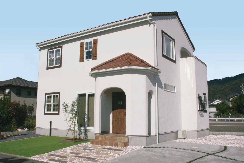 フェアリーホーム【焼津市八楠2-26-4・モデルハウス】スペイン漆喰の外壁は汚れが落ちやすく、美しい白色を長く保てる。ポーチ上の三角屋根、窓枠の鎧戸がアクセント