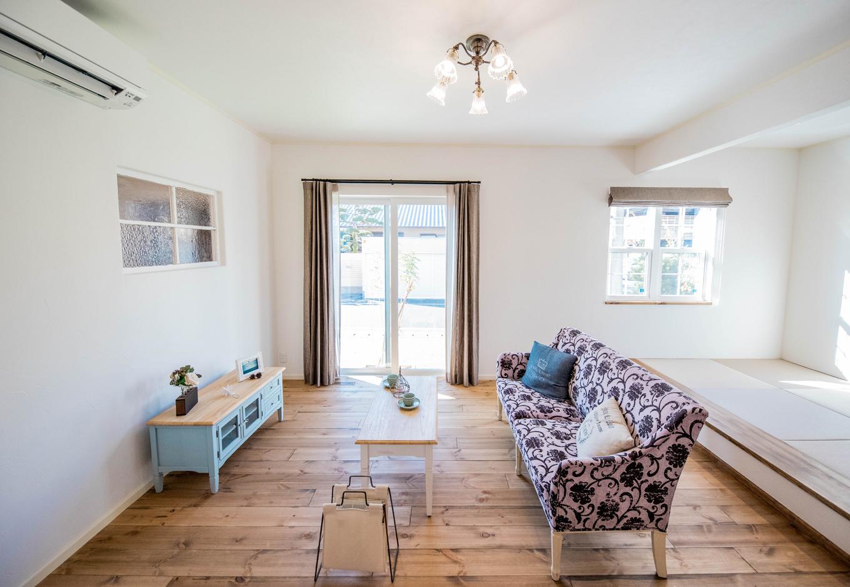 フェアリーホーム【焼津市八楠2-26-4・モデルハウス】キッチンから見渡せるリビングは、家具も含め部屋全体をコーディネート。家づくりの際は、同社のインテリアコーディネーターが相談にのってくれるので心強い