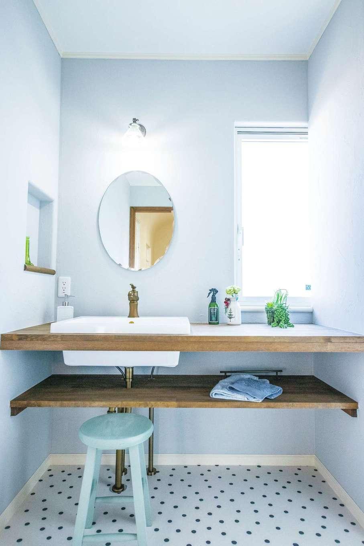 フェアリーホーム【焼津市八楠2-26-4・モデルハウス】1階の洗面脱衣室には壁幅いっぱいの広い洗面カウンターを造作。漆喰の壁は湿気を吸ってくれる効果も