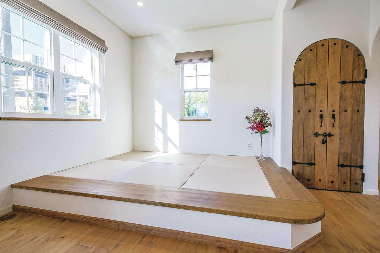 フェアリーホーム【焼津市八楠2-26-4・モデルハウス】リビングの一角に畳コーナーを設置。和のアイテムを洋風のLDKになじむデザインで取り入れた