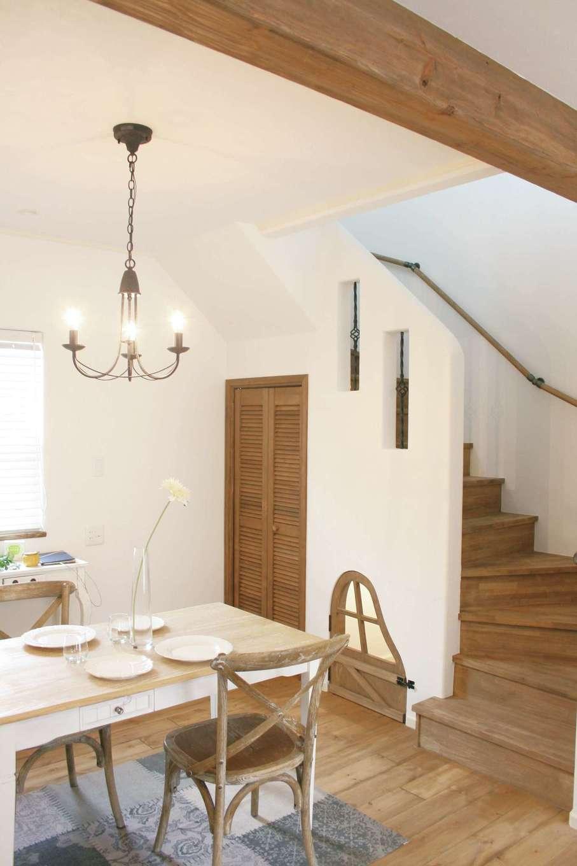 フェアリーホーム【焼津市八楠2-26-4・モデルハウス】階段下に大小の収納スペースを設置。小さな方はかわいいドアを造作し、愛犬の居場所などによさそう