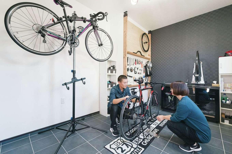 宮下工務店【収納力、趣味、省エネ】土間の奥の自転車用ガレージ。メンテナンスの道具を備え、2人でトレーニングできる広さも確保