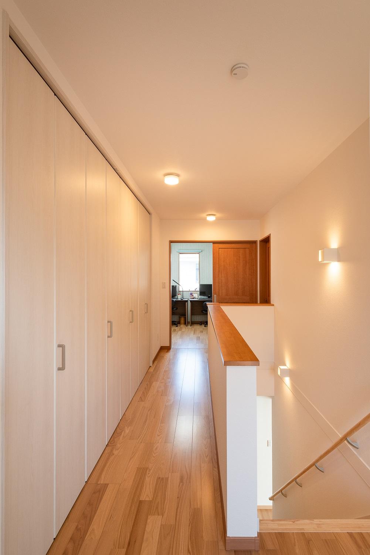 宮下工務店【収納力、趣味、省エネ】2階の廊下には壁面収納を設け、趣味の道具や作品類などを隠して収納
