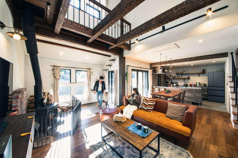 みずしまの家/水嶋建設【デザイン住宅、子育て、自然素材】和ではなく、洋の古民家風にデザインした26畳の LDK。チークの床と白い塗り壁に薪ストーブが映える。将来飼う猫のために、キャットステップとキャットウォークも造りこんである