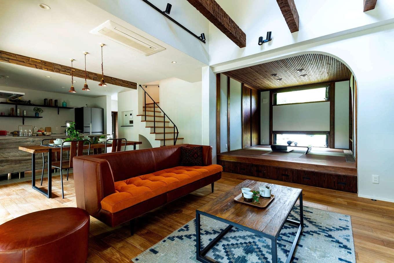 みずしまの家/水嶋建設【デザイン住宅、子育て、自然素材】家具も小物もアンティークテイストでコーディネート。空間をすっきり見せるよう、エアコンは天井にビルトイン。小上がりの和室は、洋風リビングとのバランスを考えてシックにデザイン。無垢の杉の扉で間仕切りもできる