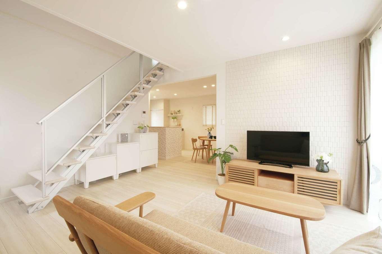 遠鉄ホーム【磐田市岩井・モデルハウス】磐田市内にある「&F」のモデルハウス。LDKには2階につながるスケルトンのリビング階段を設置。上下階を行き来するときに家族が自然と顔を合わせられる