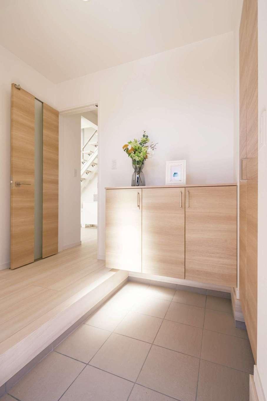 遠鉄ホーム【磐田市岩井・モデルハウス】コンパクトな建物でも、玄関はこんなに広々。玄関収納に加えて人気のシューズクロークも用意し、収納量充分確保