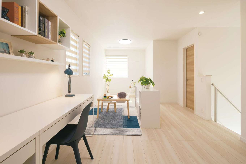 遠鉄ホーム【磐田市岩井・モデルハウス】2階ホールは「フレキシブルな空間」がテーマ。将来家族の変化に合わせてリフォームが容易にできる。スタディカウンターも子どもの勉強やPC作業など多目的に活躍する