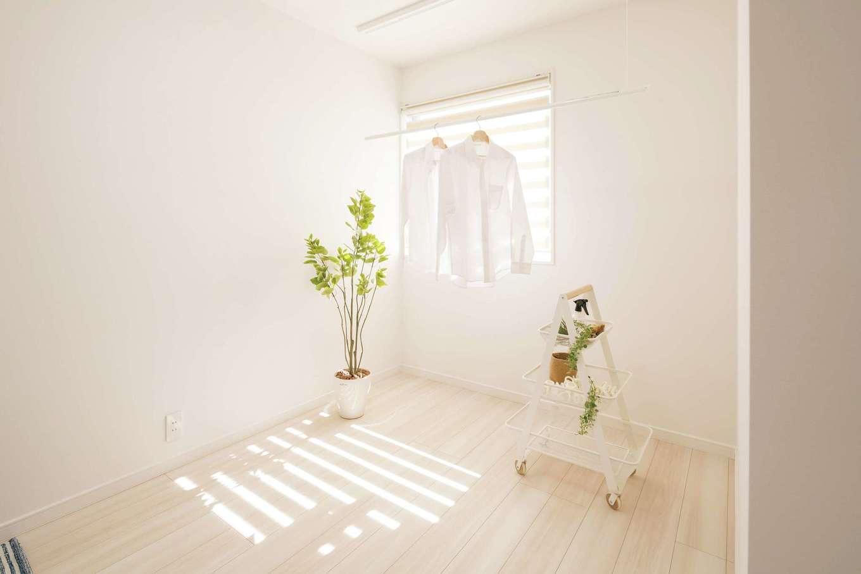 遠鉄ホーム【磐田市岩井・モデルハウス】2階ホールに設けた室内干しコーナー