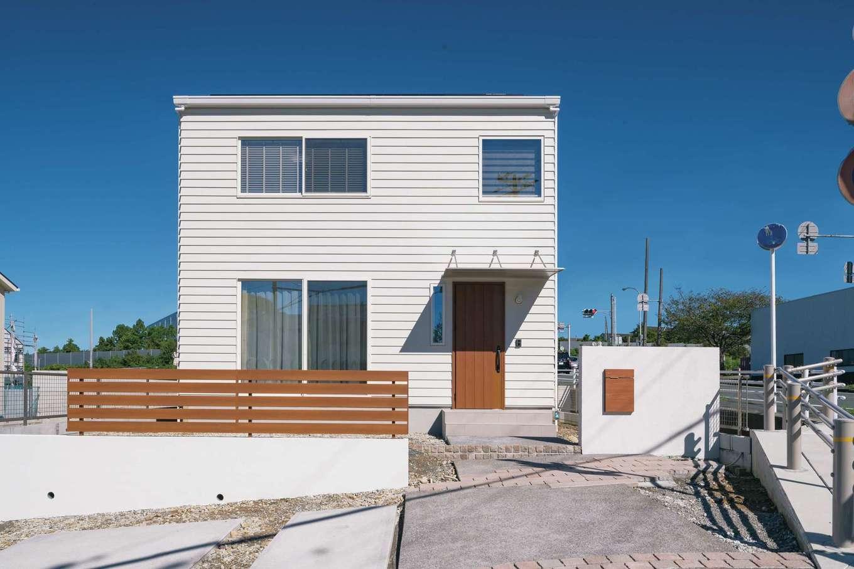 遠鉄ホーム【磐田市岩井・モデルハウス】白いキューブ型のシンプルな外観。4色のラインナップから好きな色をセレクトできる
