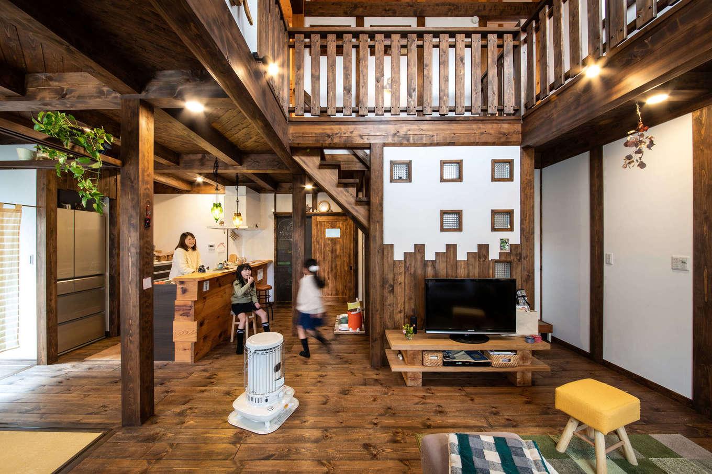 安形【デザイン住宅、自然素材、ペット】木部を濃い色調で統一し、古民家カフェのように素敵な空間が実現。床下エアコンを採用したことで、冬は床からぽかぽかと暖かい。夏はエアコンの冷気をファンで拡散すると家中に涼しさが行き渡る。また、開口部にスリット状のシャッターを設けてあるので、夏の夜にはシャッターを開け、自然の風を取り入れて就寝することも可能
