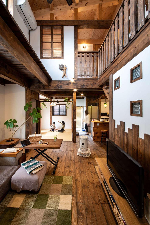 安形【デザイン住宅、自然素材、ペット】室内に入ると目の前に吹抜けのリビングが広がり、圧倒的な開放感。壁のガラスブロックや階段の手すり、室内窓など、1つ1つの造りが丁寧に施されている。リビングの奥にある畳コーナーは猫たちのお気に入り空間。日だまりでお昼寝が心地よい