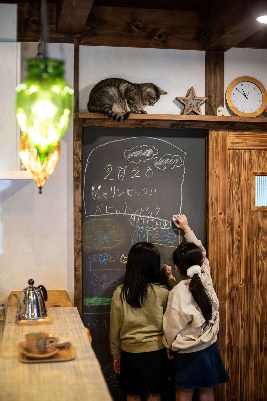 安形【デザイン住宅、自然素材、ペット】引き戸の横の壁は黒板になっていて、お子さまが落書きをしたり、メッセージを書いたりと大活躍